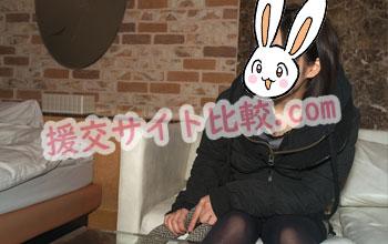 新宿の援交体験のラブホテルで彼女と談笑する画像