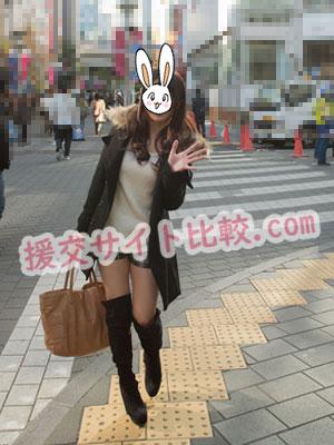 渋谷の援交体験で手を振りながら近づく彼女の画像